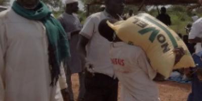 """""""Faisons un geste"""" : Remise de vivres aux déplacés de Tidora à Ouahigouya"""